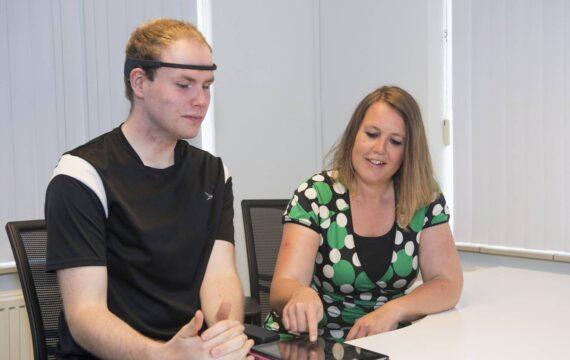 Ontspannen en leren loslaten met de Muse, Zorgorganisatie Pluryn onderzoekt werking hoofdband als hulpmiddel bij behandeling