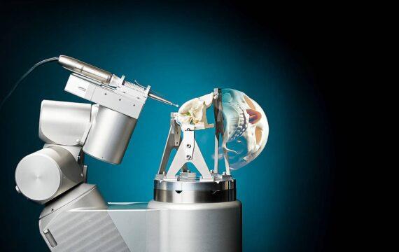TU/e komt met robot die zelfstandig gat kan frezen in schedel