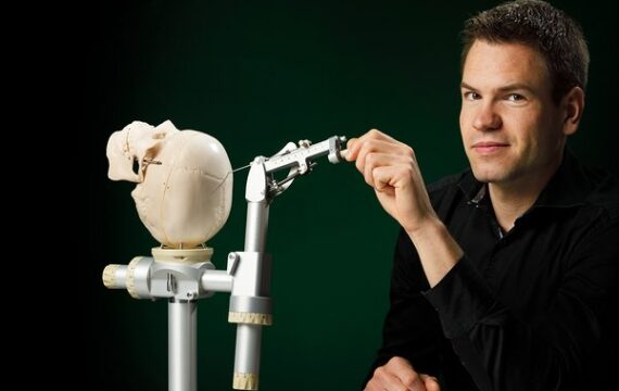 Nauwkeuriger operatie-instrument diepbreinstimulatie helpt Parkinsonpatiënten