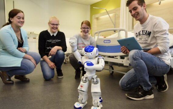 Minister De Jonge opent Future Care Labs ROC Midden NL
