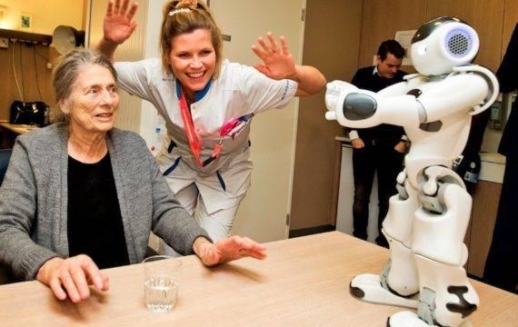 Robot 'verpleger' Nao aan de slag op afdeling Geriatrie