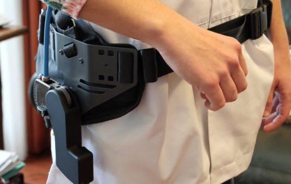 Zorgpersoneel met rugklachten test exoskelet