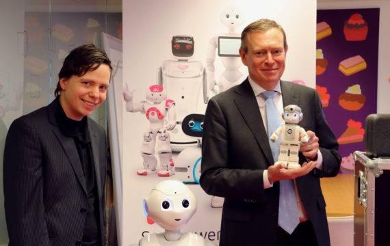 Sociale robot Phi krijgt bezoek van Minister Bruins