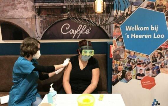 VR-bril helpt cliënten ontspannen bij coronavaccinatie