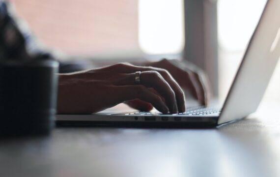 KNOV gaat door met online training voor verloskundigen